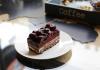 Пирожное шоколадно-вишневое